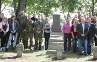 Vokiečių kariai tvarko tautiečių kapavietes