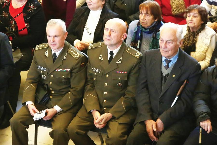 Atsargos pulkininkas A. Dudavičius (iš kairės), atsargos majoras Vidmantas Leščius ir politinis kalinys Zigmantas Vašatkevičius.