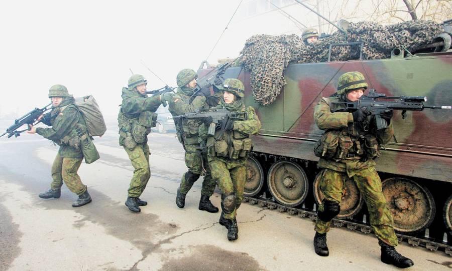 """Kariai įgūdžius lavina karinėse pratybose. Motorizuoto pėstininkų bataliono """"Geležinis Vilkas"""" archyvo nuotrauka"""