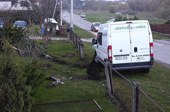 Mašina išlaužė tvorą