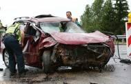 Automobilis užvažiavo ant žvyro krūvos ir vertėsi