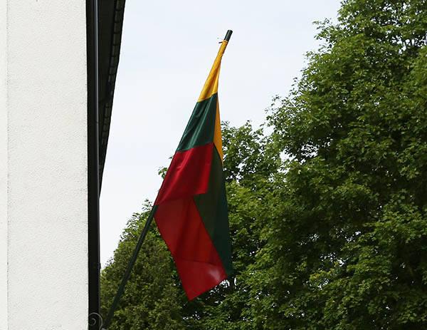 Ant daugiabučio iškabintą vėliavą pamiršo?..
