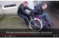 Sveikas jaunuolis sėdasi į neįgaliojo vežimėlį, kad atkreiptų dėmesį į sunkią neįgaliųjų padėtį Lietuvoje
