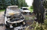 Naktį sudegė du automobiliai