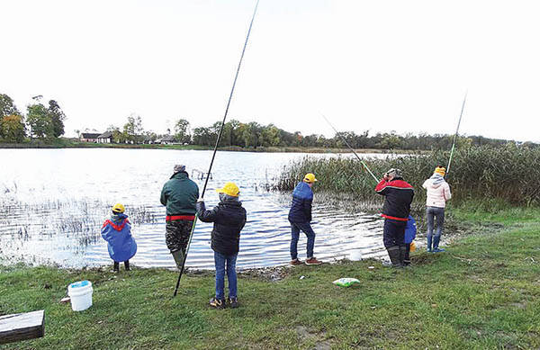 Vaikai žvejojo ir pramogavo
