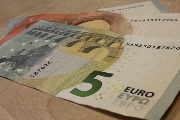 Atsiskaitė padirbtais eurais