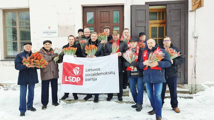 Socialdemokratai  dovanojo gėles