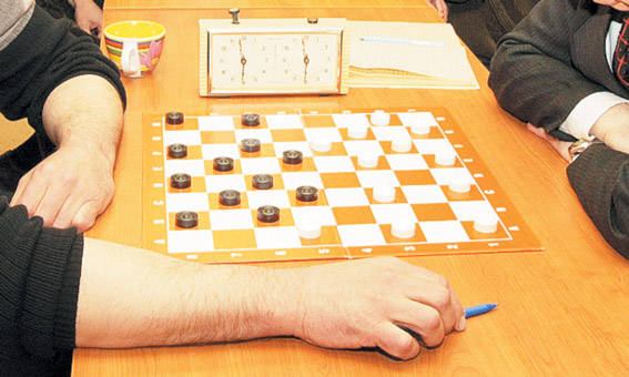 Tęsiasi šaškių turnyras