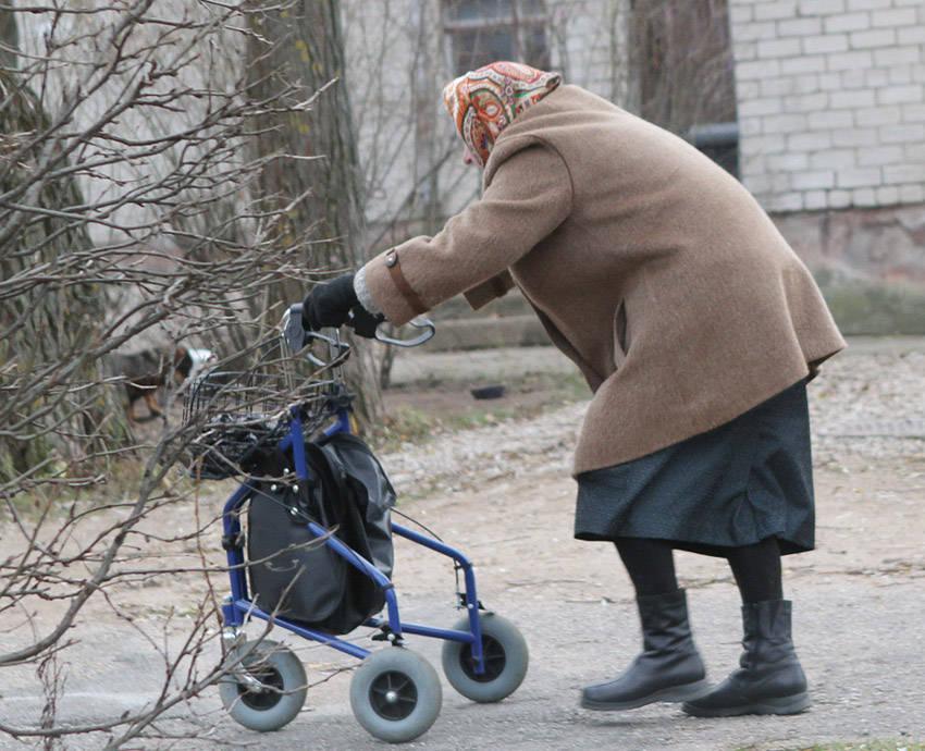 Į senelių namus patekti nelengva